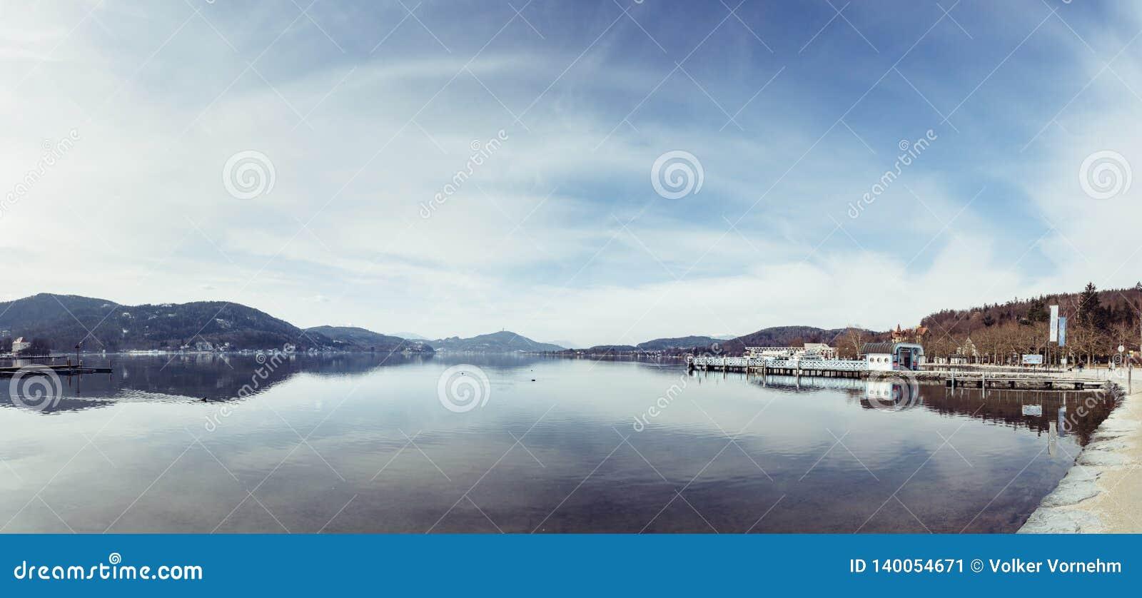 Friedelstrand, costa sul Wörthersee, Klagenfurt, Carinthia, Áustria - 20 de fevereiro de 2019: Vista sobre o Wörthersee para
