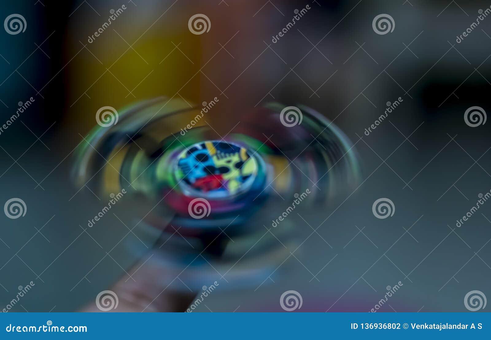Friemel Spinner - spinnend op een vinger