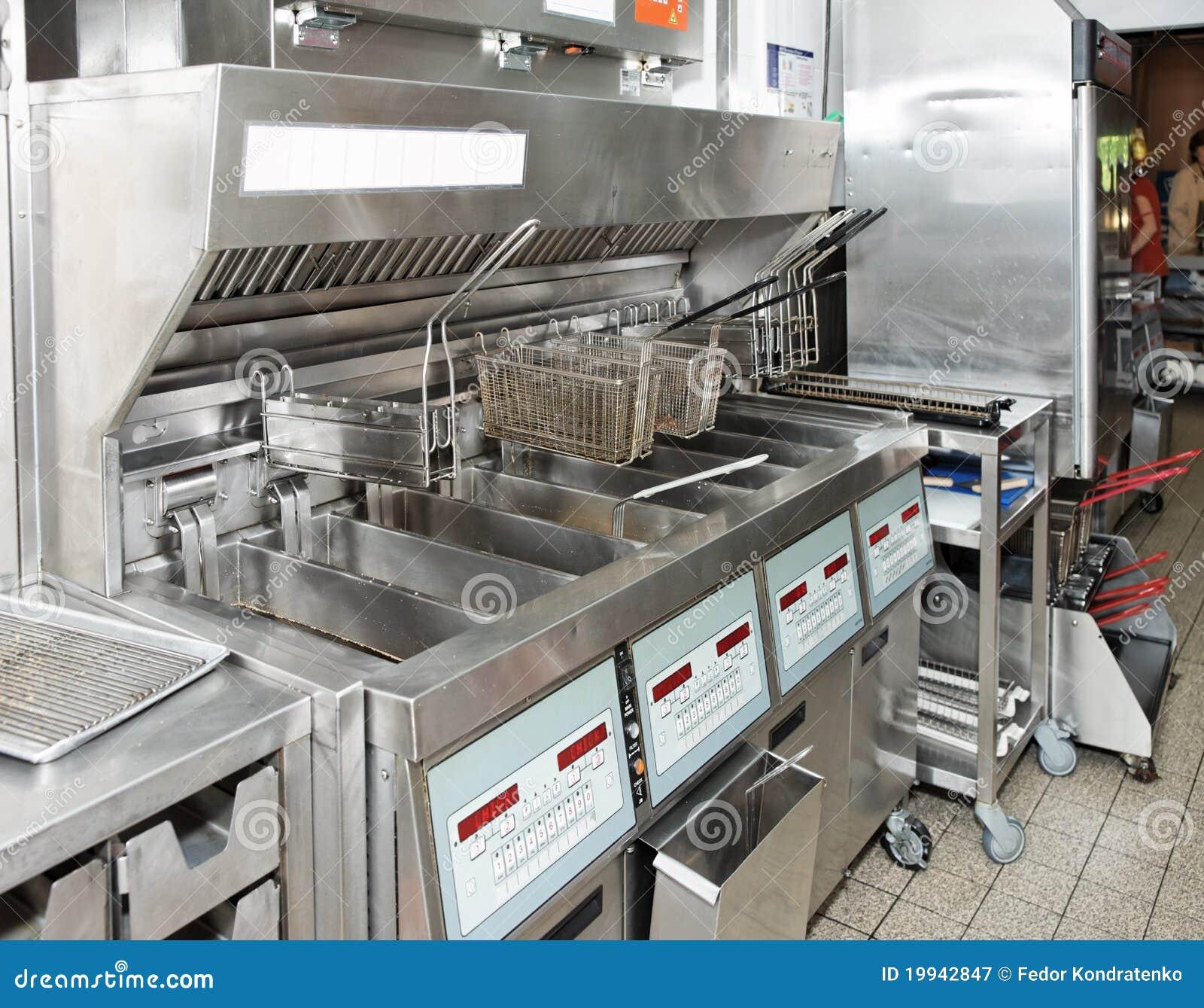 friggitrice profonda con sulla cucina del ristorante