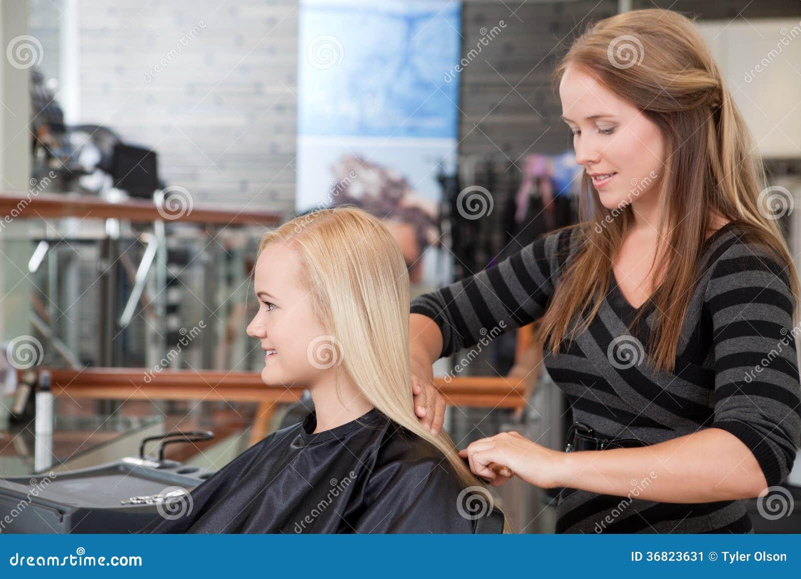 Frisör Brushing Customers Hair