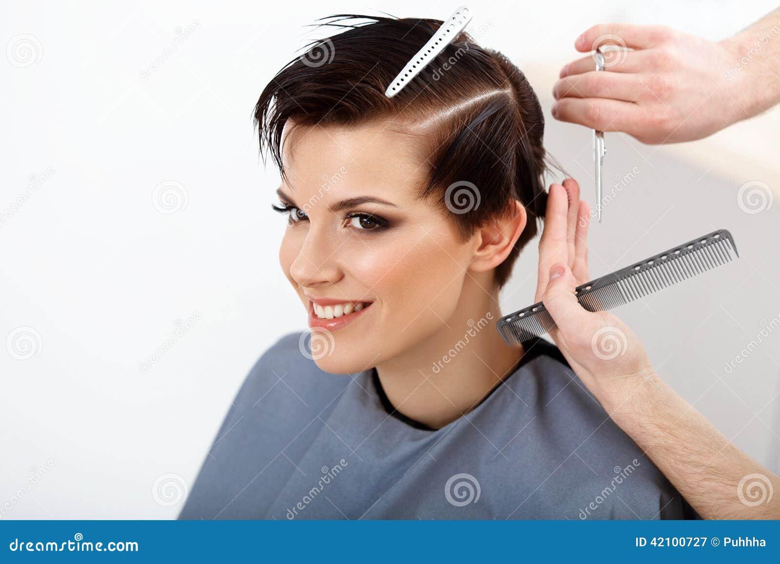 Frisör som gör frisyren Brunett med kort hår i hår Sa