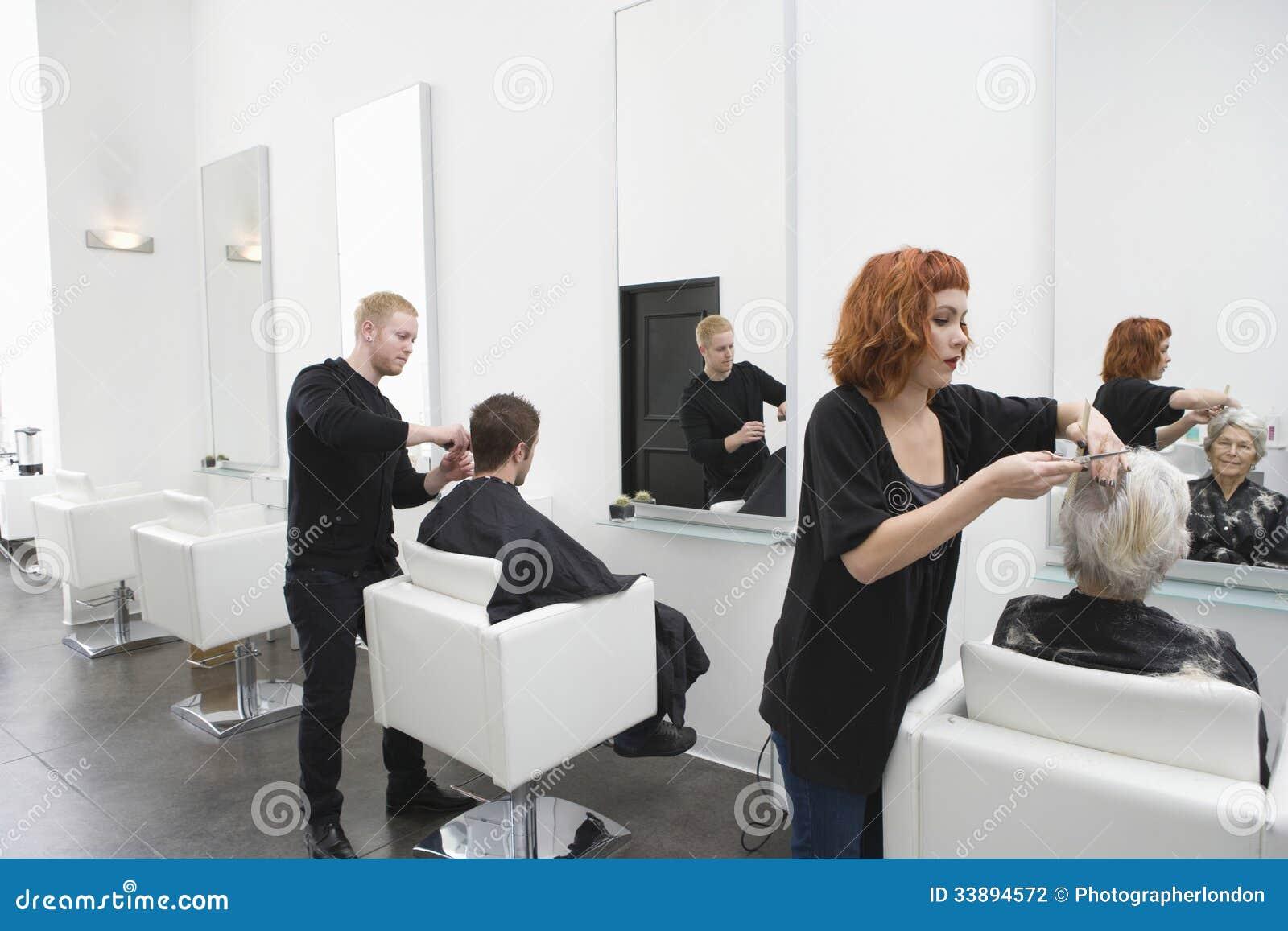 Frisörer som ger frisyr till kunder