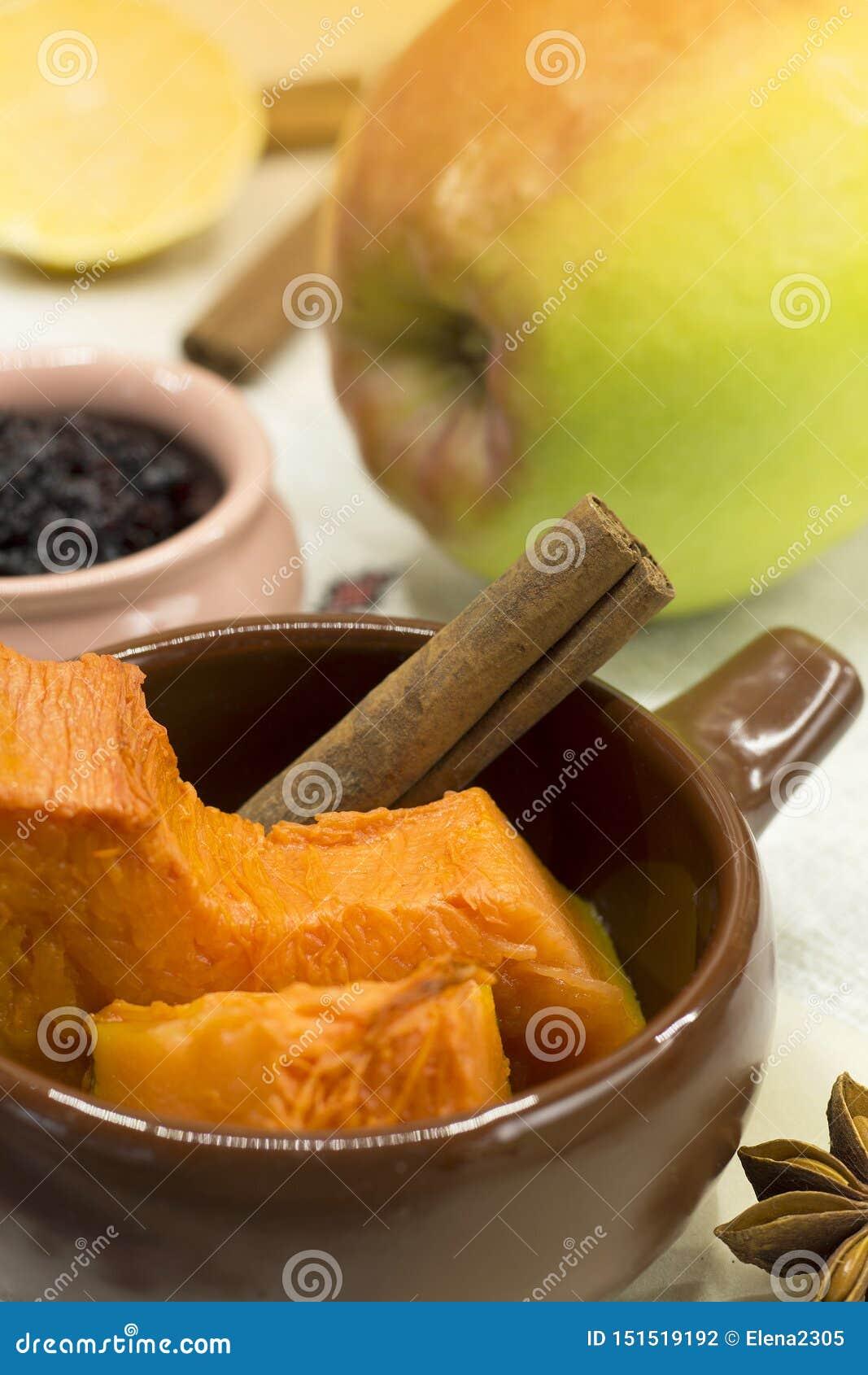 Frisch gebackene Kürbisscheiben mit Zimtstange