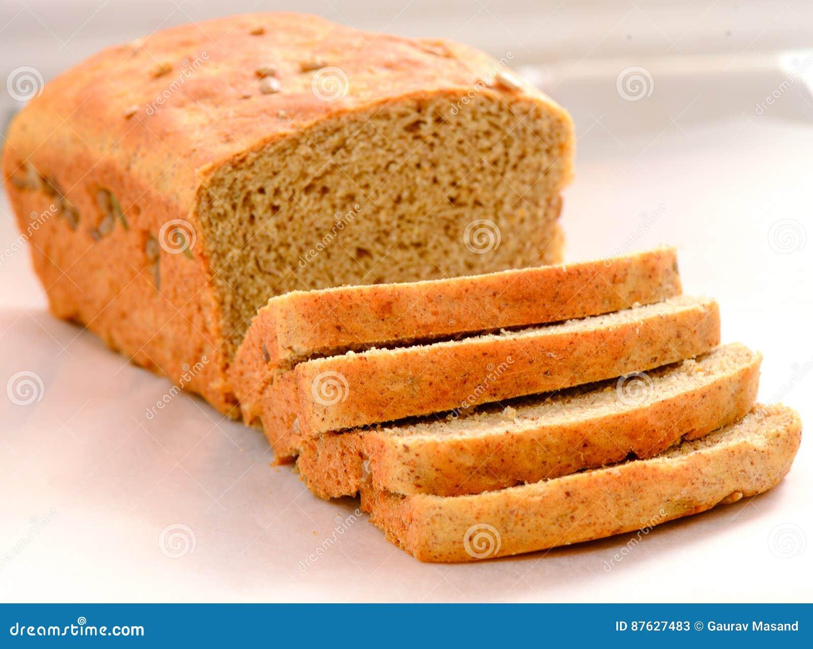 Frisch gebackenes Brot schnitt in Laib