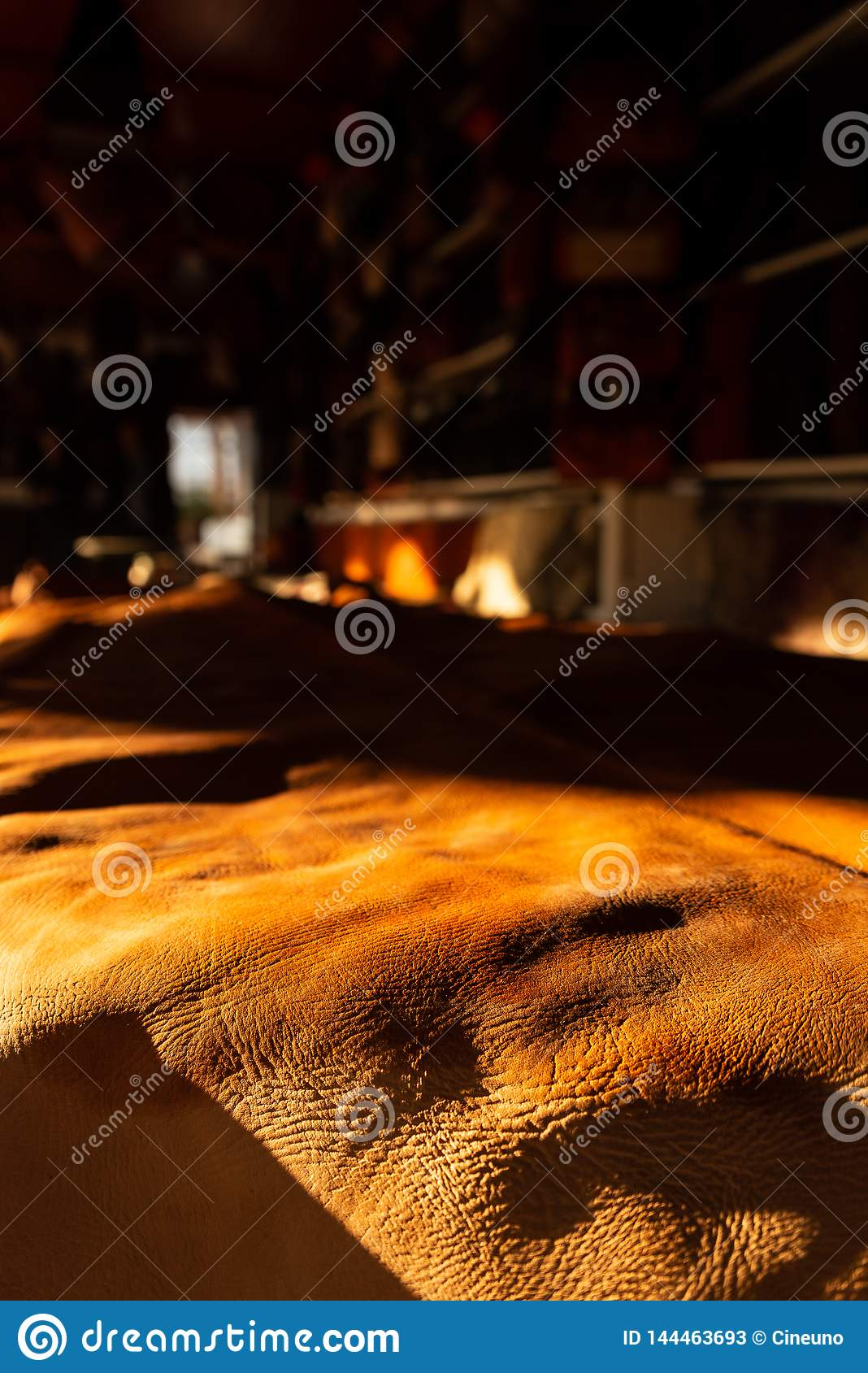 Frisch gebräuntes Leder, die Rauheit und die Beschaffenheit wird geschätzt