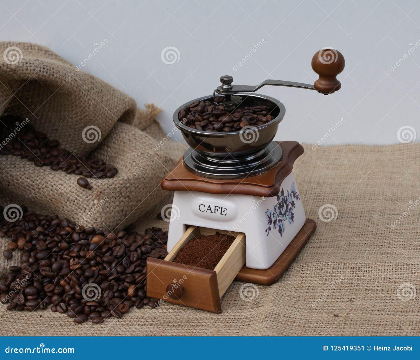 Frisch geriebener Bohnenkaffee auf die traditionelle Art in einer alten Kaffeemühle