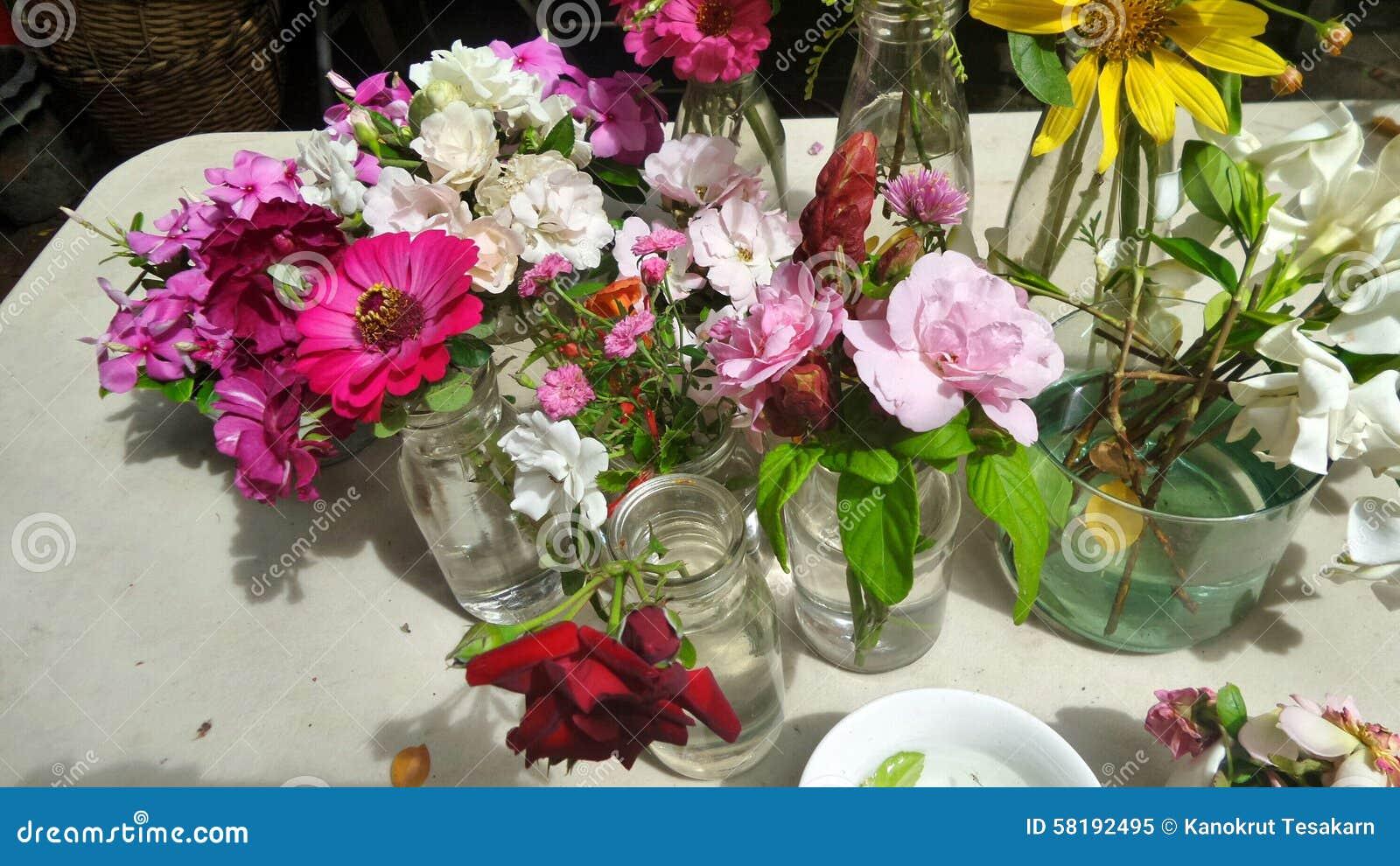 frisch schnittblume vom garten bereit zum vereinbaren stockbild bild von k che vase 58192495. Black Bedroom Furniture Sets. Home Design Ideas