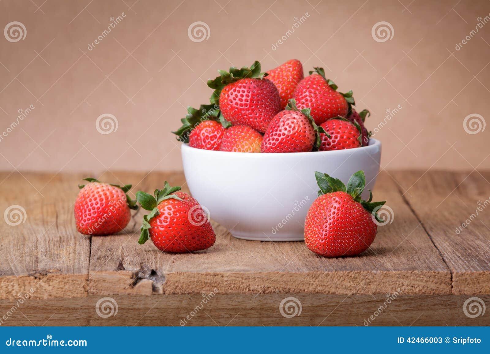 Frische Erdbeere auf hölzernem