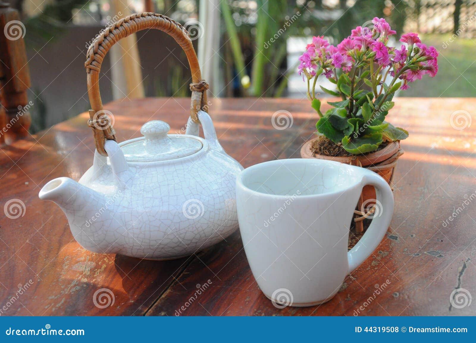 Frische Erdbeeren und Tee auf Porzellanporzellantellern