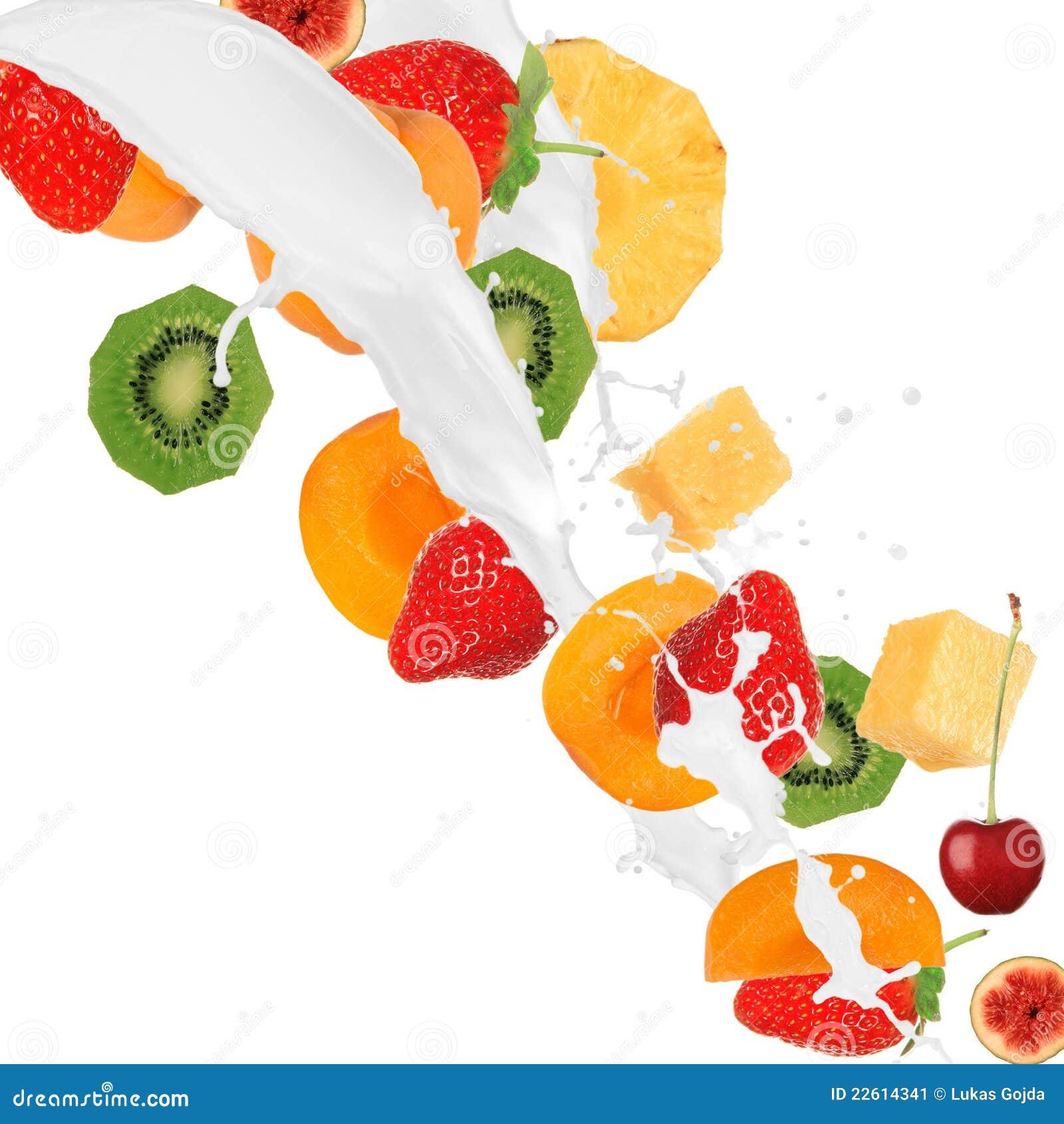Frische Früchte im Milchspritzen