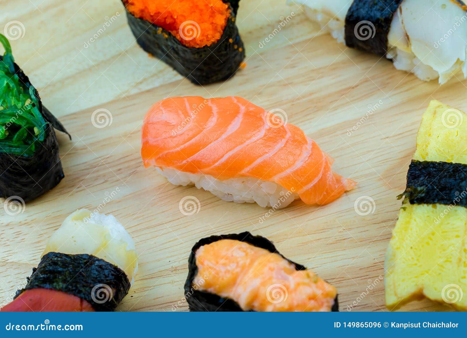 Frische Lachs- Sushi, Lachs-maki Rollenjapanisches Nahrungsmittelrestaurant, Lachssushi auf Platte