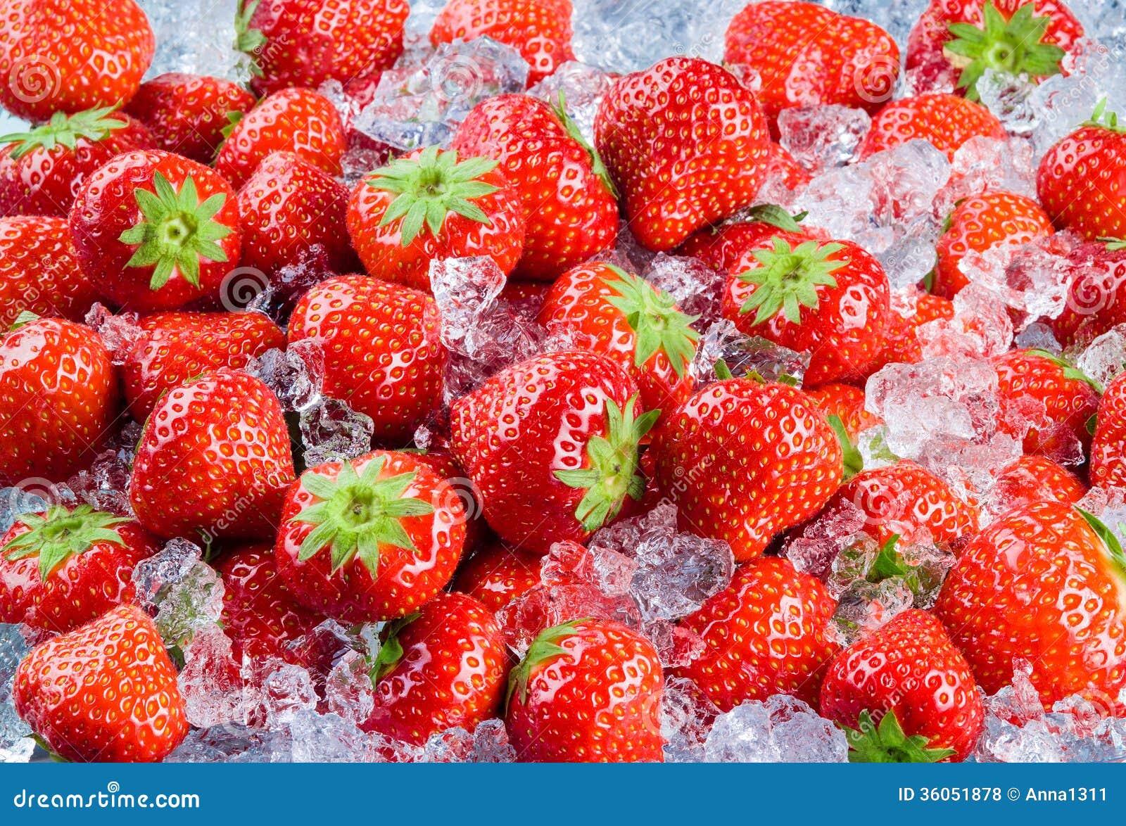 frische reife erdbeere mit eis frucht hintergrund stockfoto bild von frucht frische 36051878. Black Bedroom Furniture Sets. Home Design Ideas