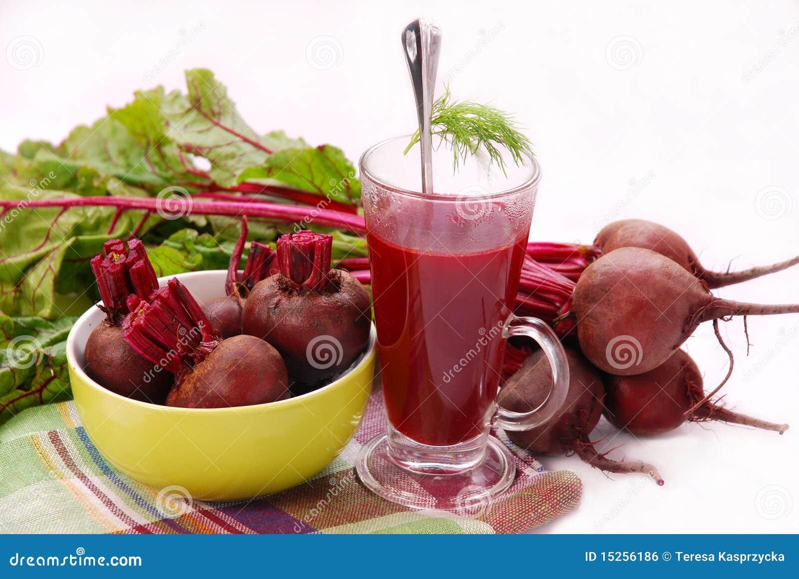 Frische rote Rüben mit Blättern und freier Suppe