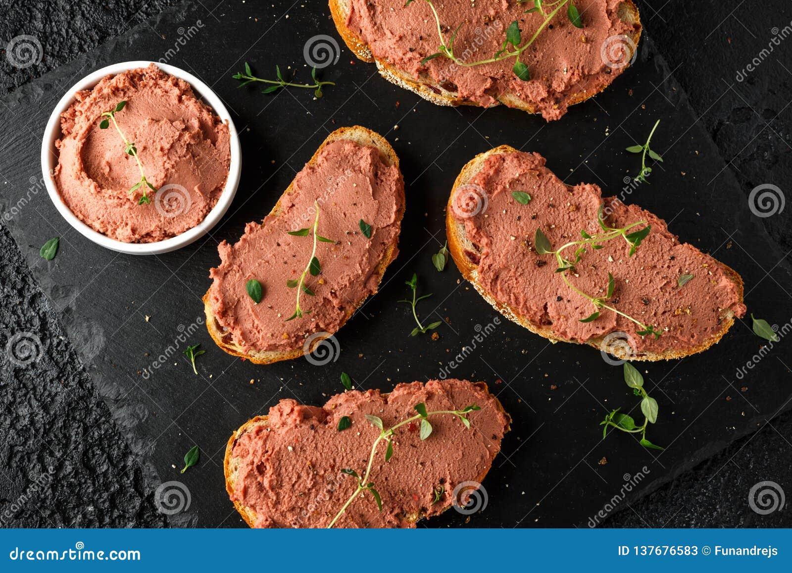 Frische selbst gemachte hühnerleberpastete auf Brot