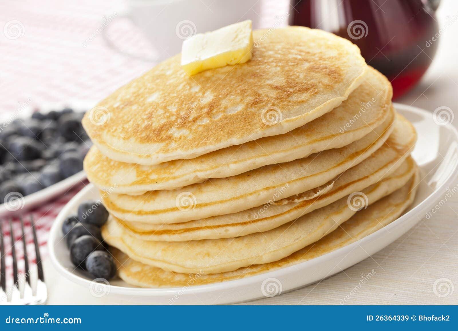 Frische selbst gemachte Pfannkuchen mit Sirup