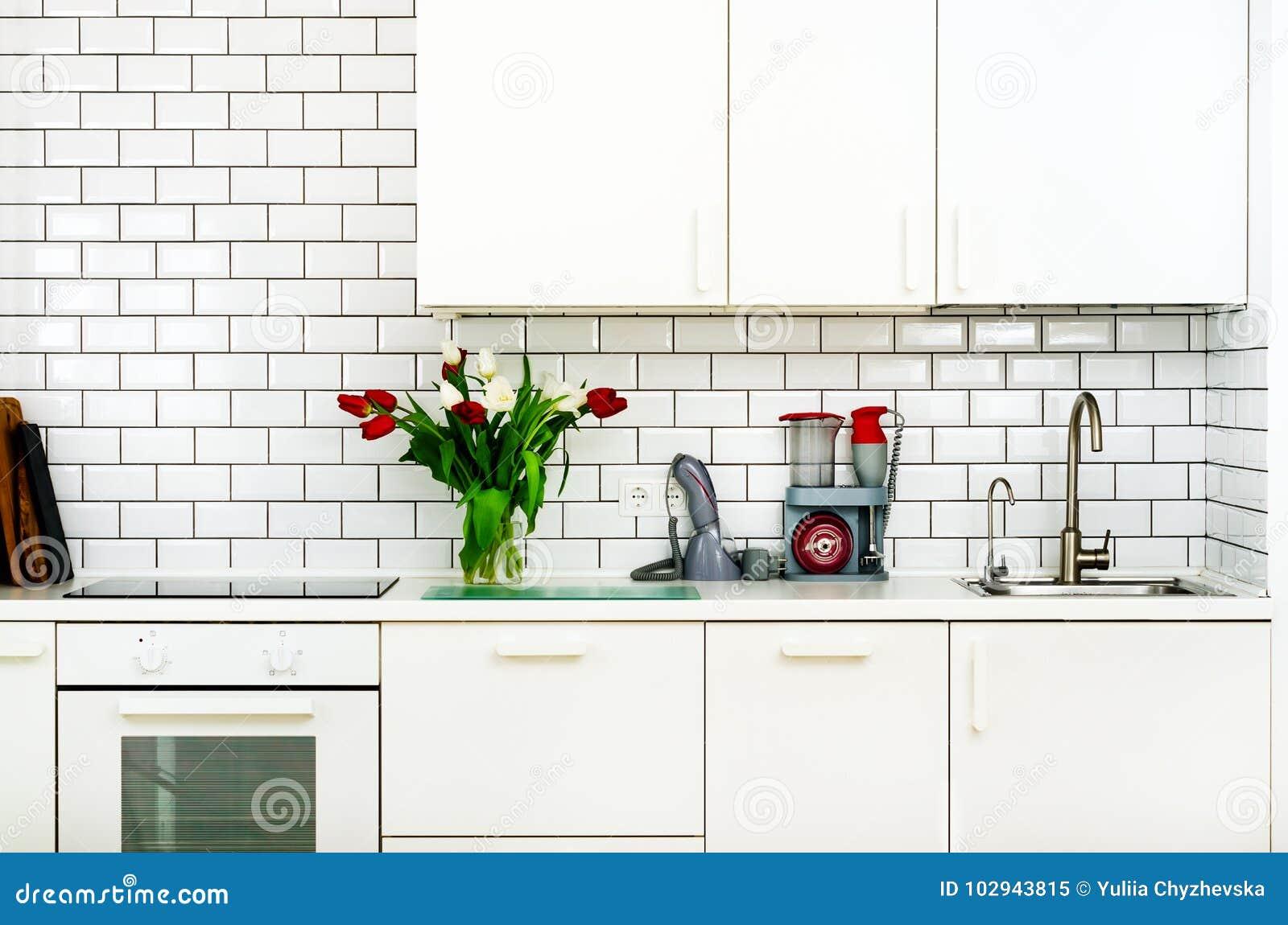 Frischer Blumenstrauß von roten und weißen Tulpen auf Küchentisch Detail des Hauptinnenraums, Design Minimalistic-Konzept Blumen