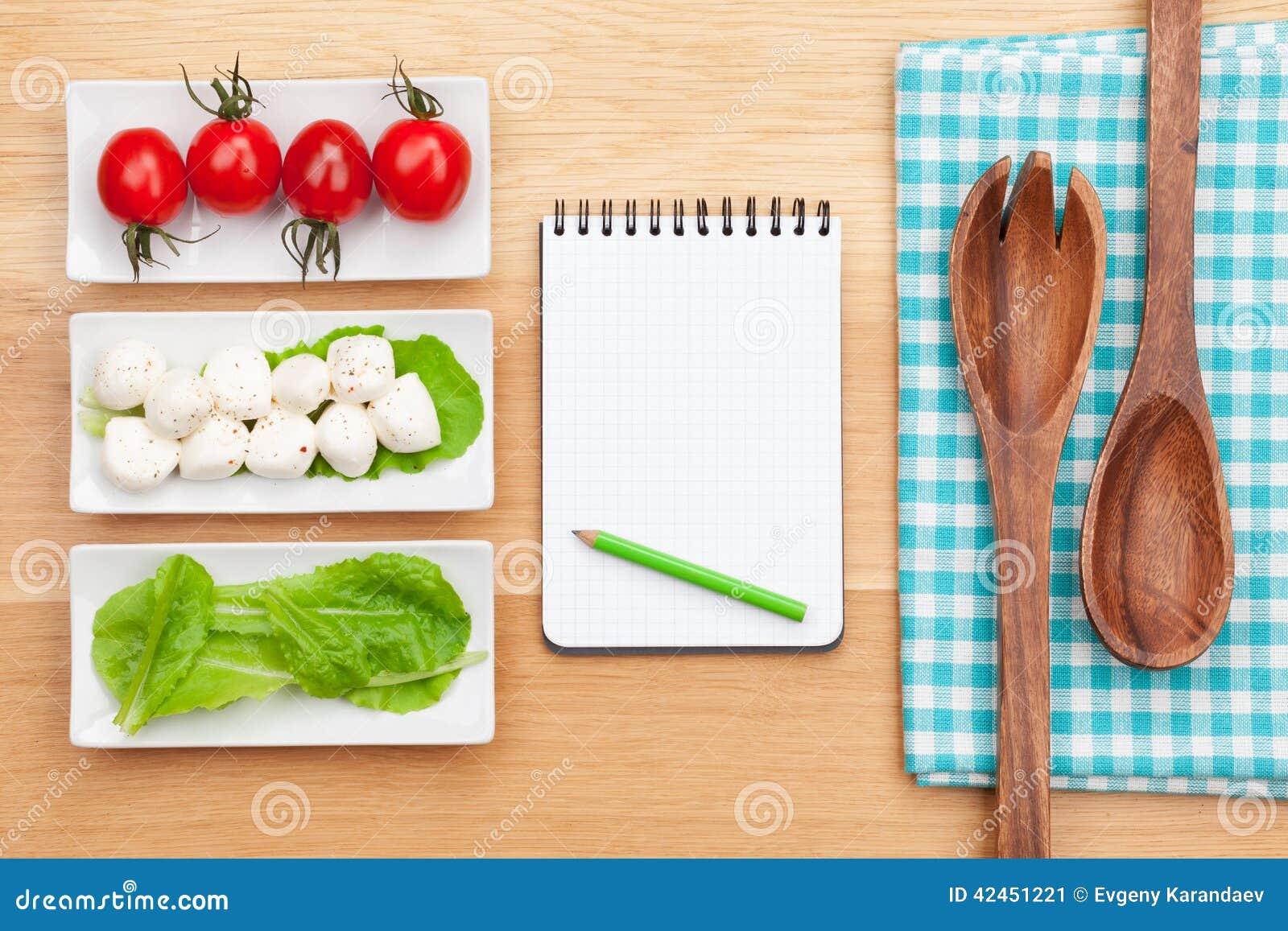Frischer gesunder Salat, Tomaten, Mozzarella und Notizblock für Kopie s