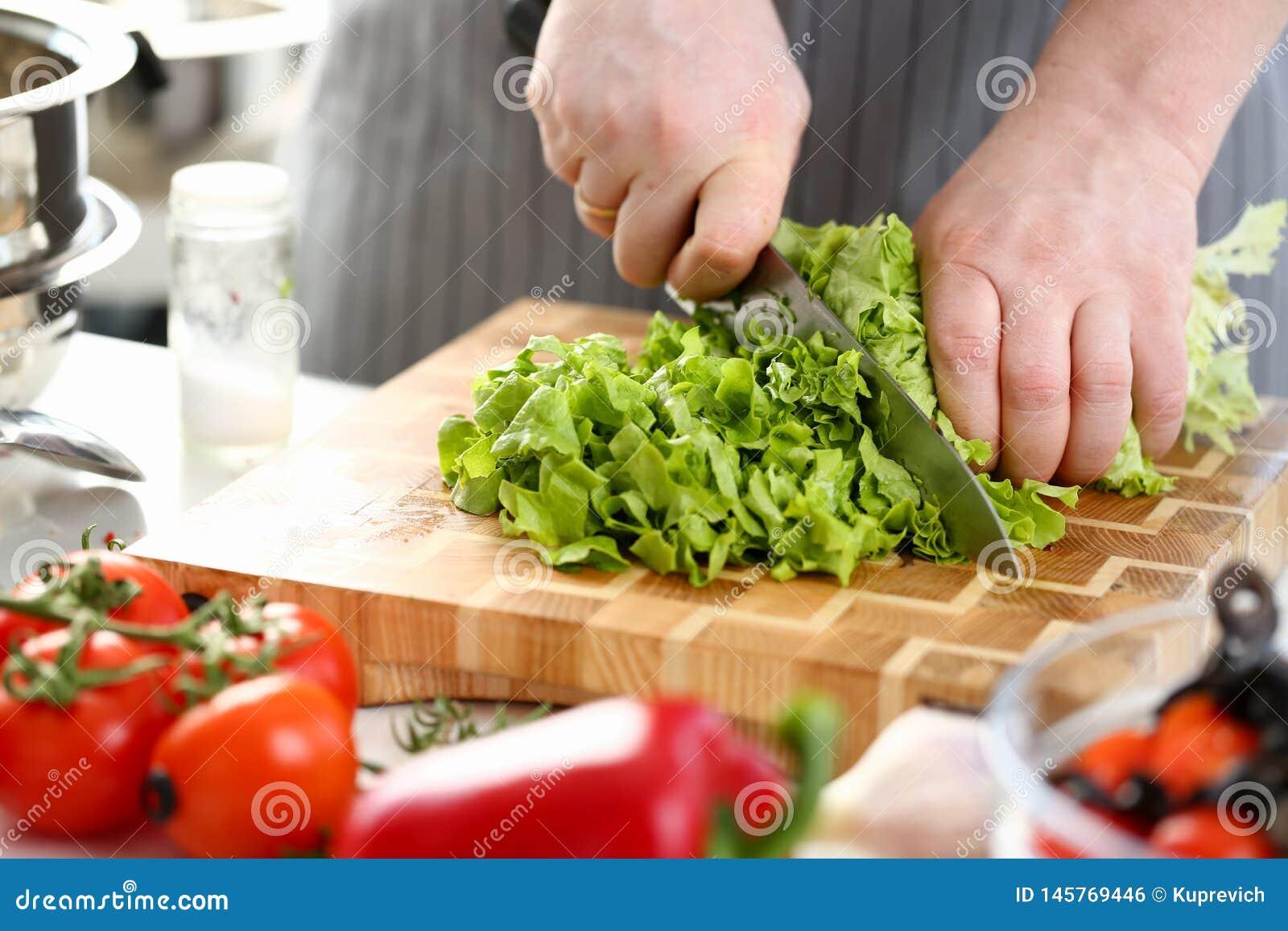Frischer Kopfsalat-Bestandteil Chef-Hands Cutting Greens