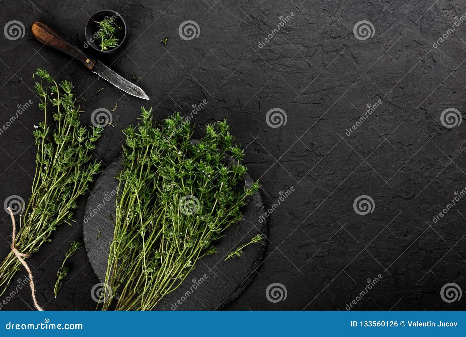 Frischer Krautthymian auf dunklem Steinhintergrund Gesunde Nahrung, kochend, sauberes Essen, Draufsicht, flache Lage, Kopienraum