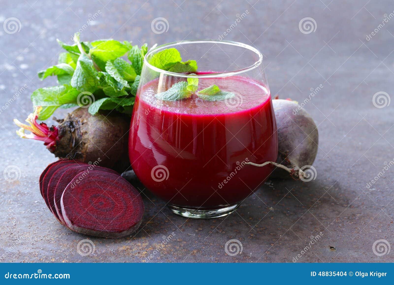 Frischer Saft der roten Rübe mit tadellosem Blatt