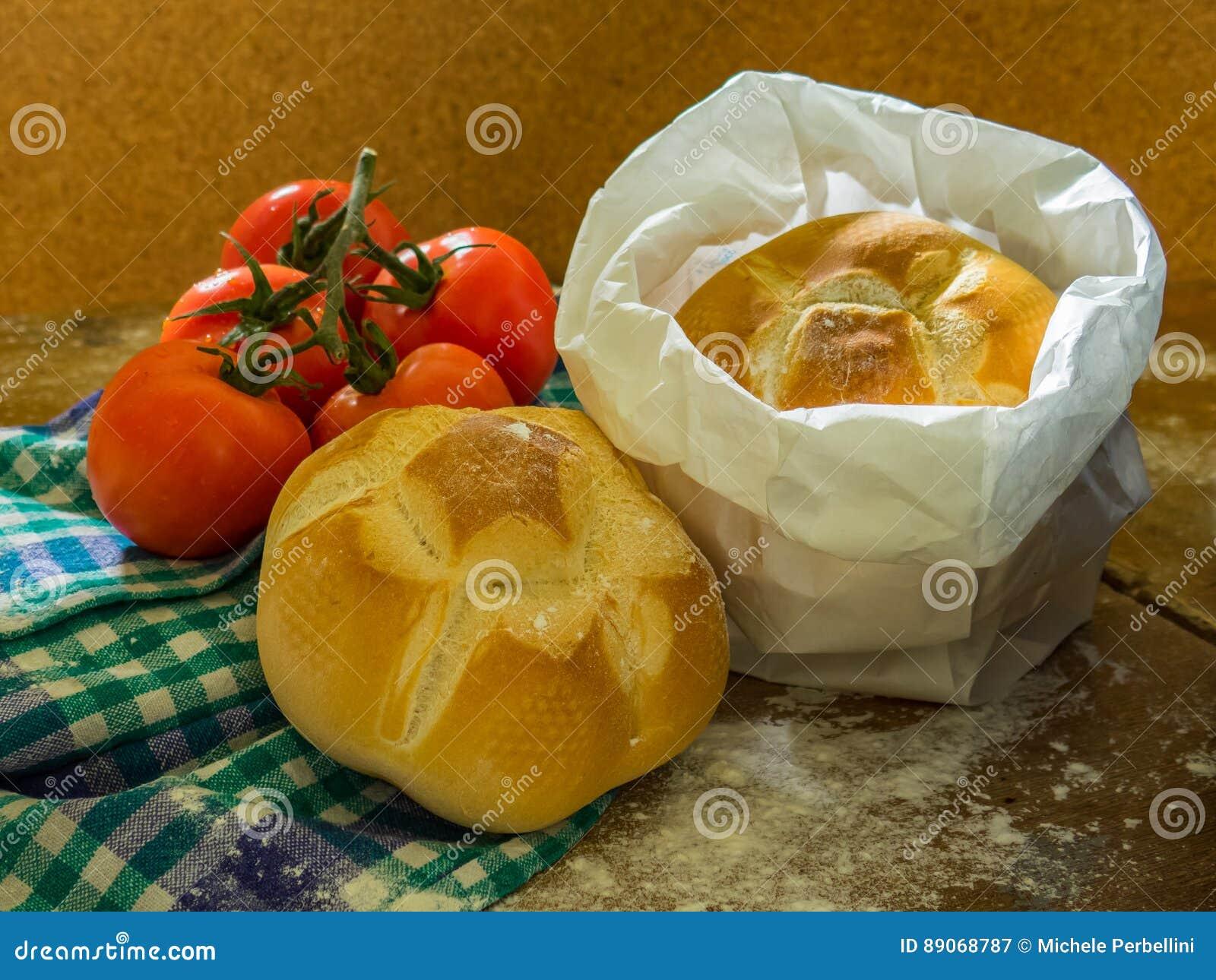 Frisches Brot und Tomaten auf einer Tabelle