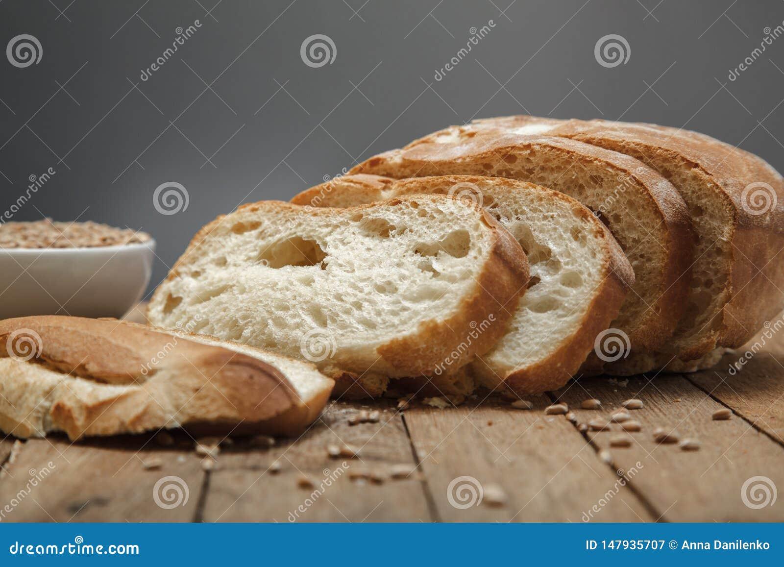 Frisches geschnittenes Brot und Getreide