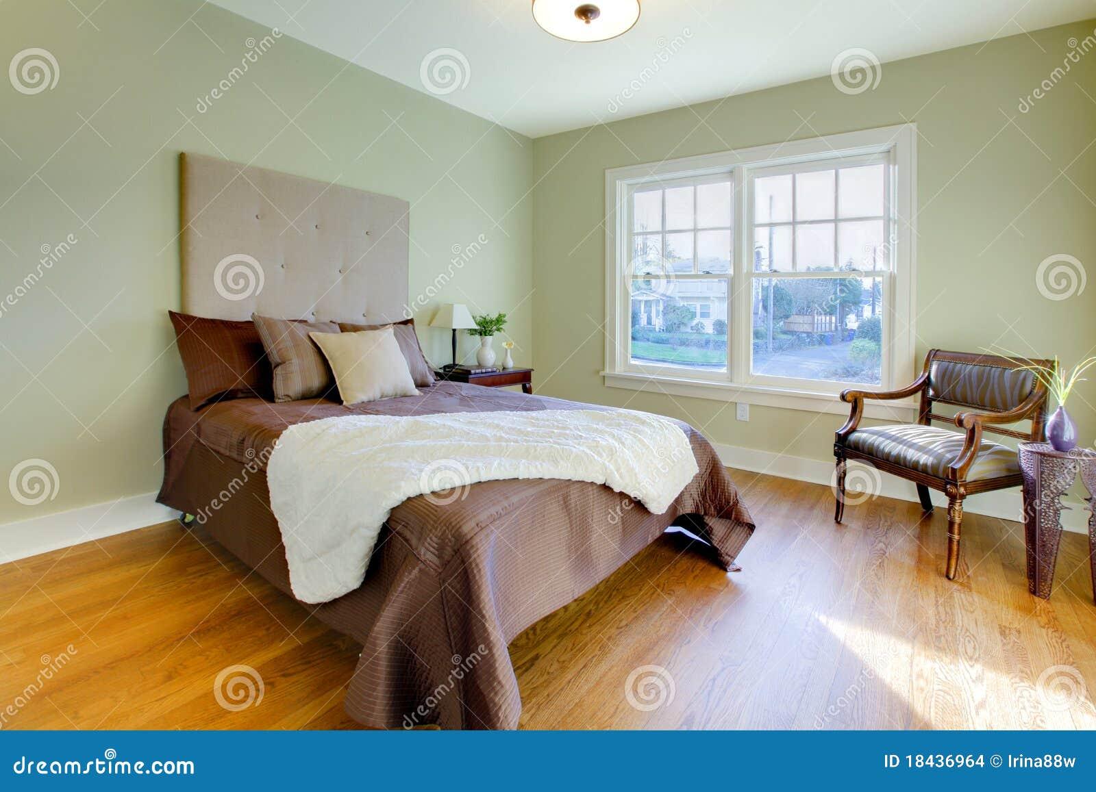 Frisches Grünes Schlafzimmer Mit Modernem Braunem Bett Stockfoto ...