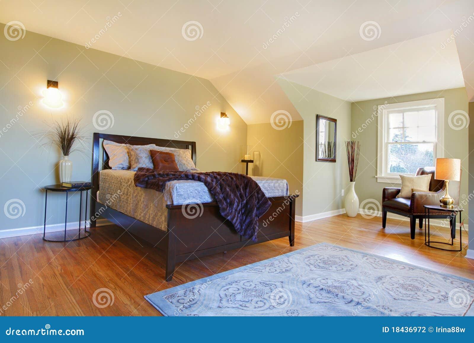 frisches gr nes schlafzimmer mit modernem braunem bett stockfotografie bild 18436972. Black Bedroom Furniture Sets. Home Design Ideas