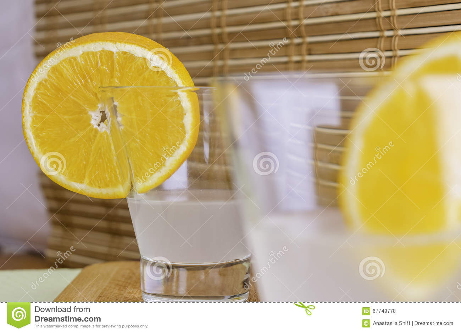 Frisches Kokosnusswasser Im Glas Verziert Mit Orange Scheiben Auf