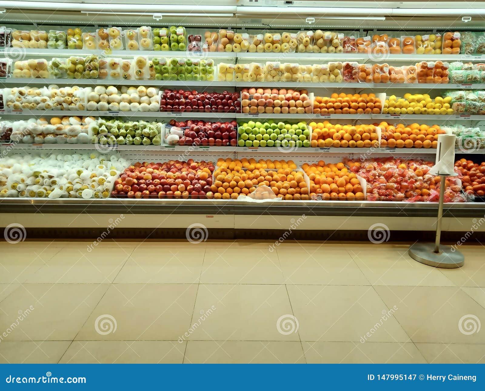 Frisches organisches Gemüse und Früchte auf Regal im Supermarkt Gesundes Nahrungsmittelkonzept Vitamine und Mineralien Supermarkt