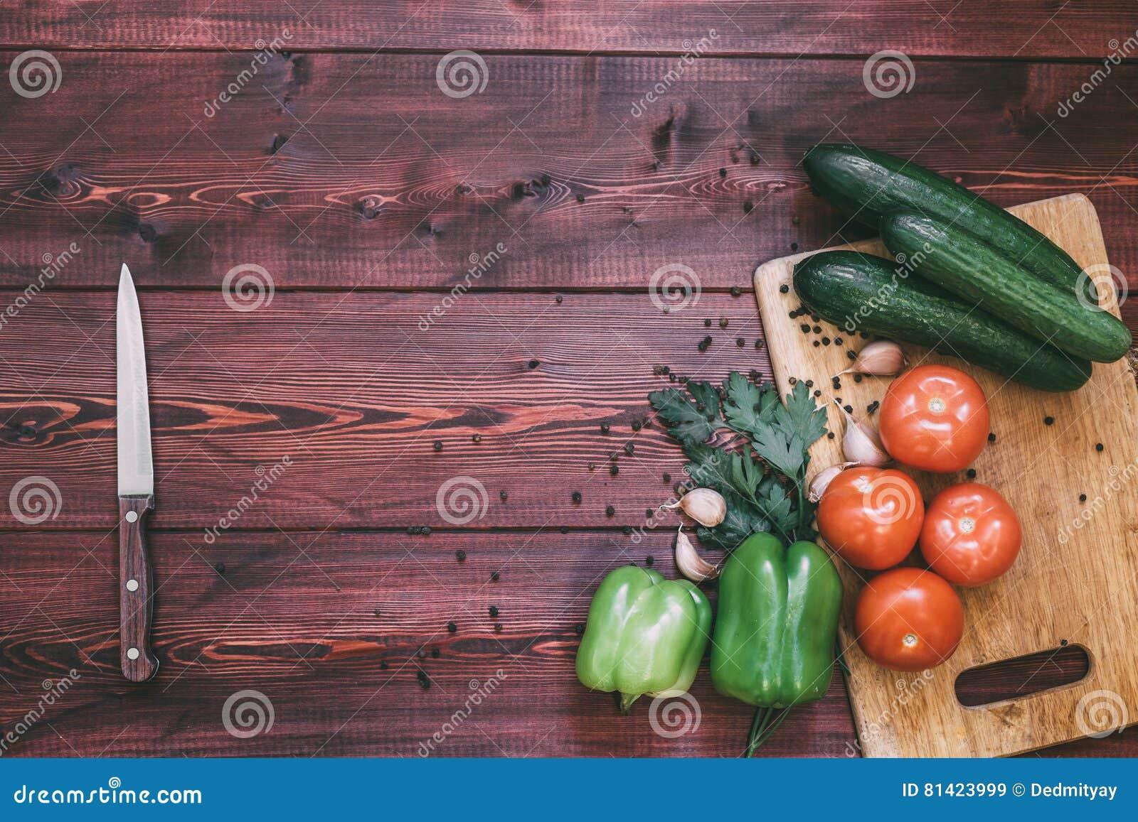 Frischgemüse auf Ausschnittvorstand Tomate, Gurke, grüner Pfeffer, Knoblauch, Gewürze