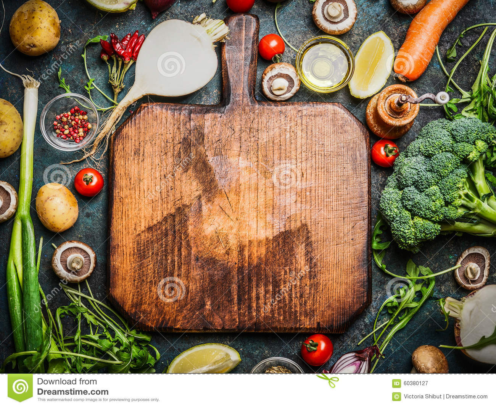 Frischgemüse und Bestandteile für das Kochen um Weinleseschneidebrett auf rustikalem Hintergrund, Draufsicht, Platz für Text