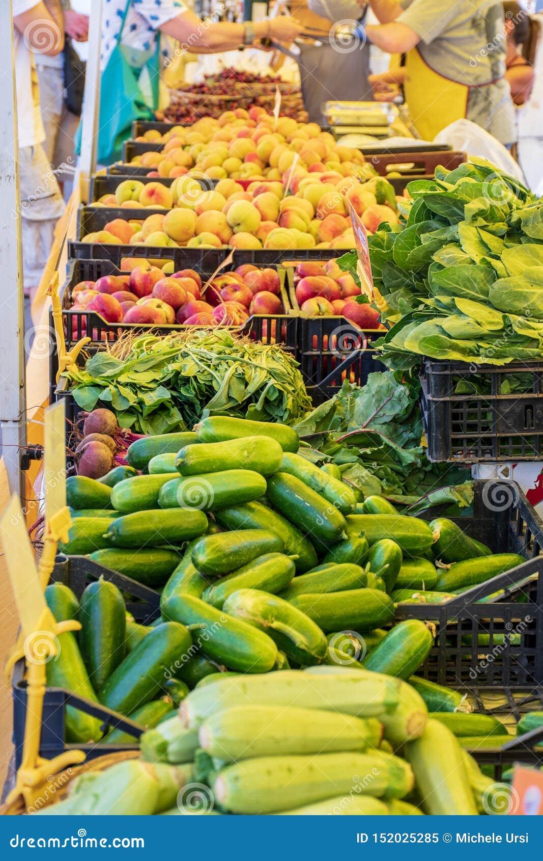 Frischgemüse und Frucht in einem landwirtschaftlichen Freilichtmarkt des Landwirts, gesunde saisonalnahrung