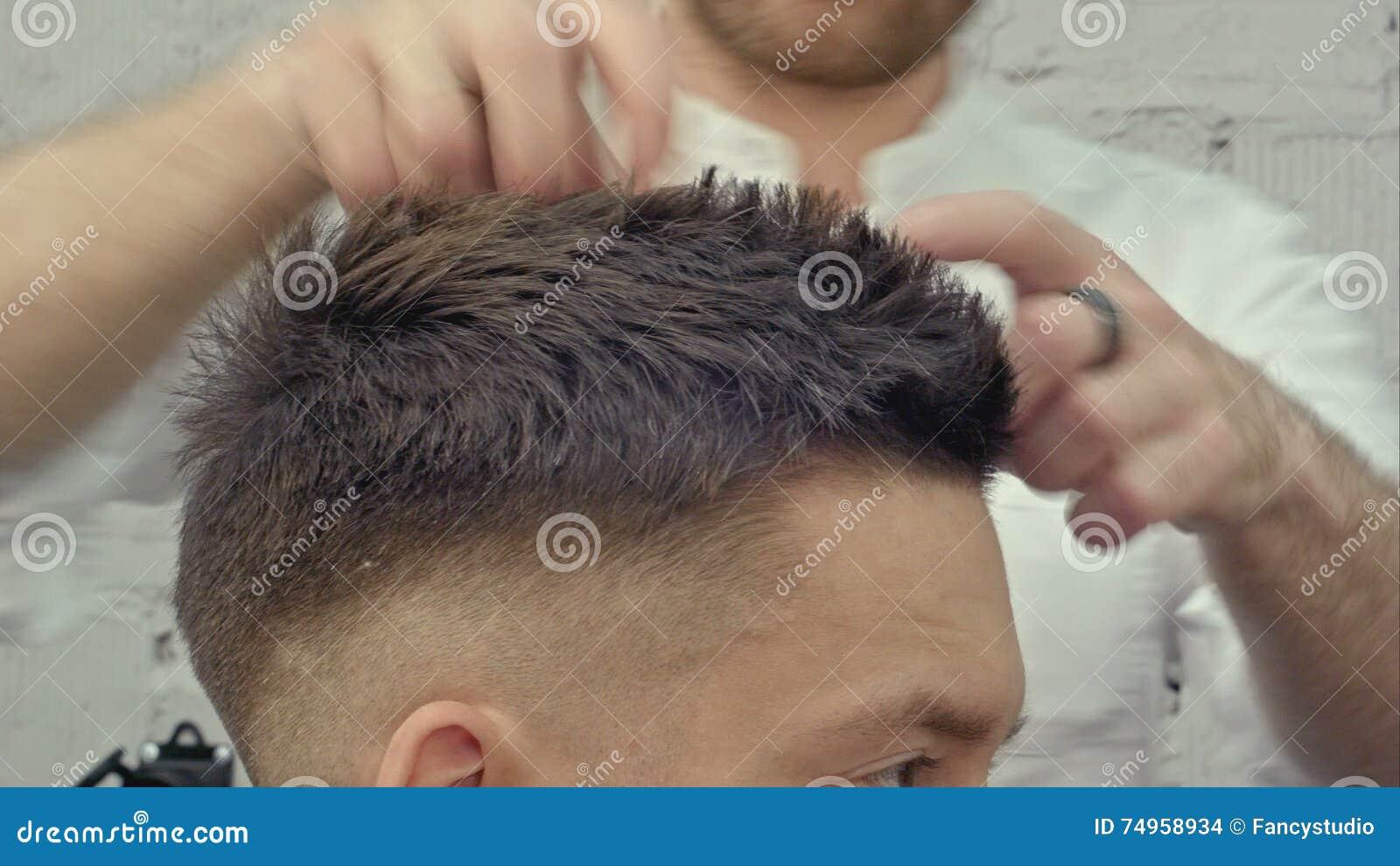 Friseur Machen Die Frisur Und Wenden Haargel An Stock Footage