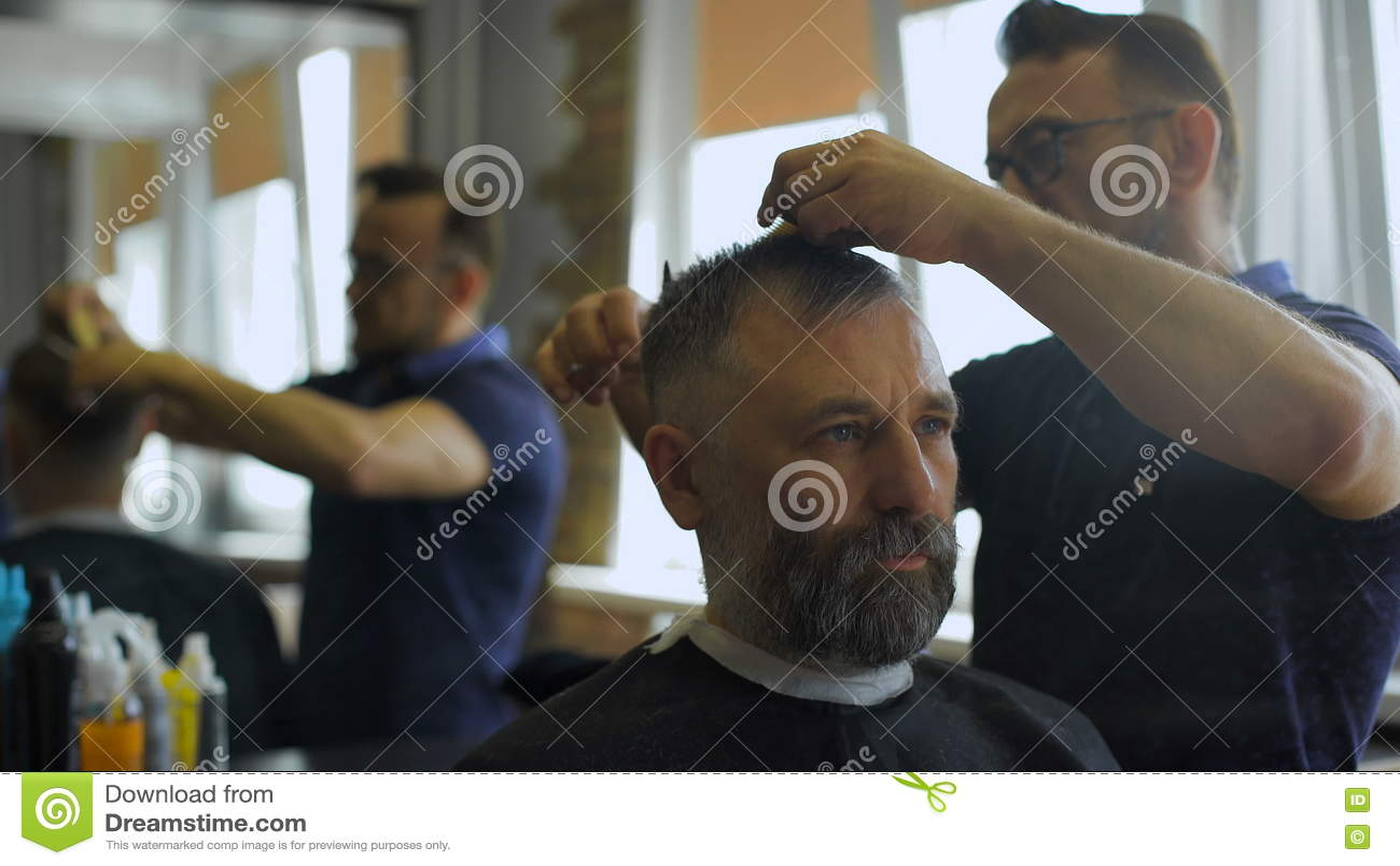 Friseur Schneidet Haar Mit Scheren Auf Kronenkunden Im ...