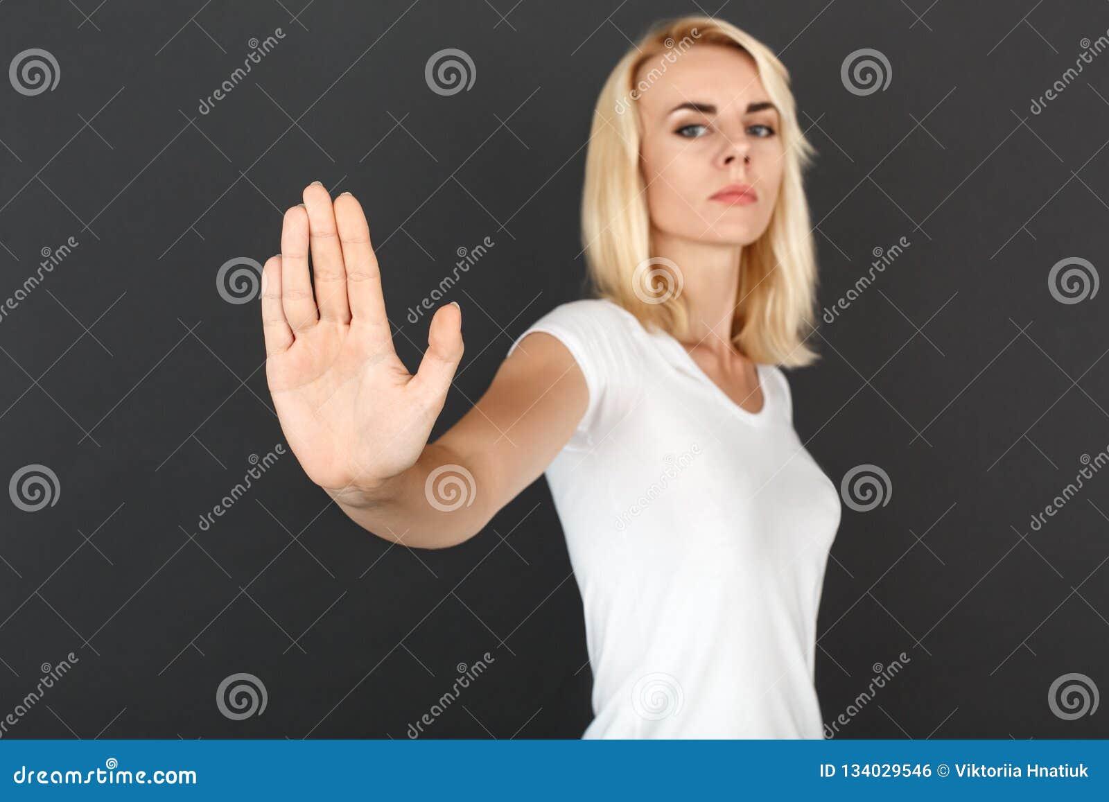 Fristil Kvinnaanseende på den allvarliga svarta närbilden för tecken för väggvisningstopp