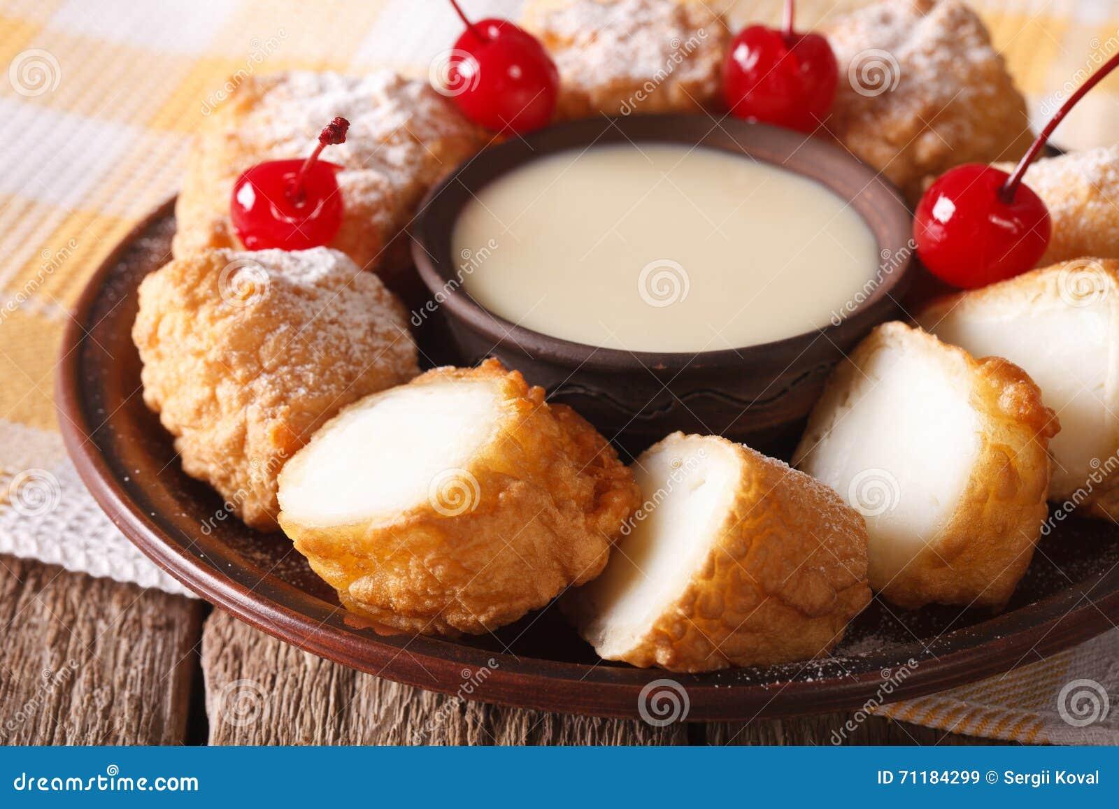 Frita de Leche da sobremesa com leite condensado e close up das cerejas Ho
