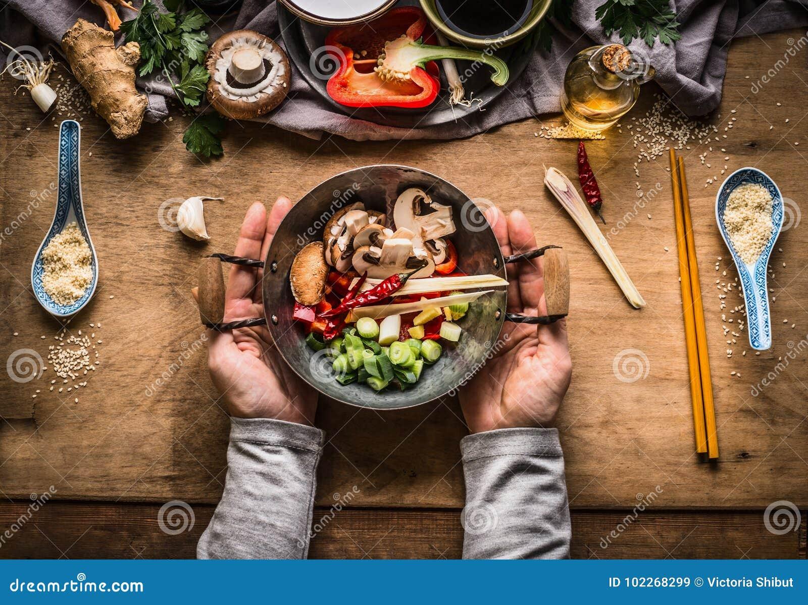 Fritada da agitação do vegetariano que cozinha a preparação As mãos fêmeas das mulheres que guardam pouco potenciômetro do frigid
