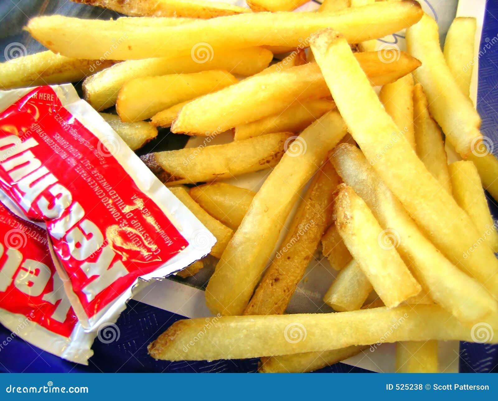 Fritadas do francês com pacotes da ketchup