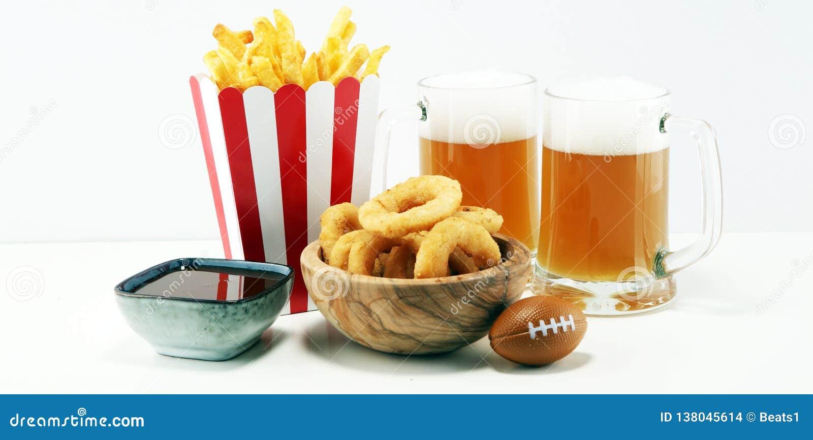 Fritadas y anillos de cebolla para el fútbol en una tabla Grande para el juego del cuenco
