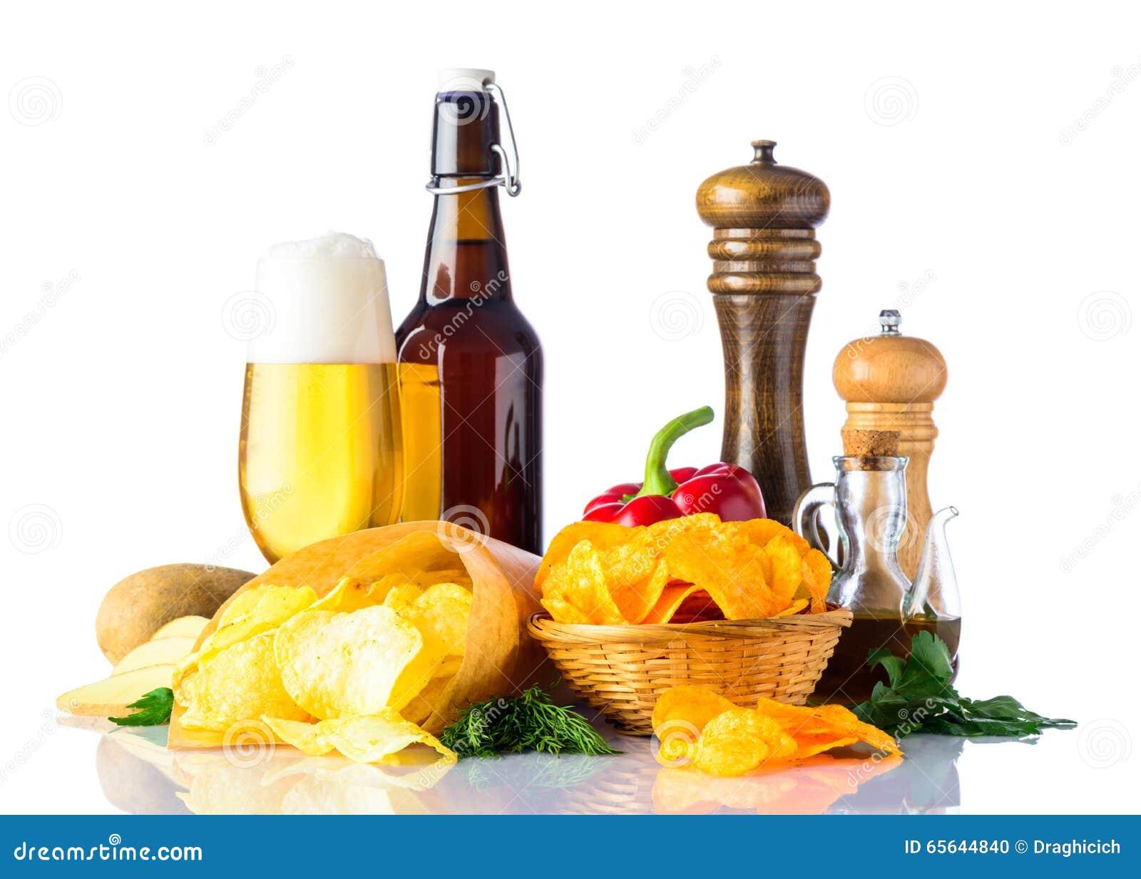Frites et bière sur le fond blanc