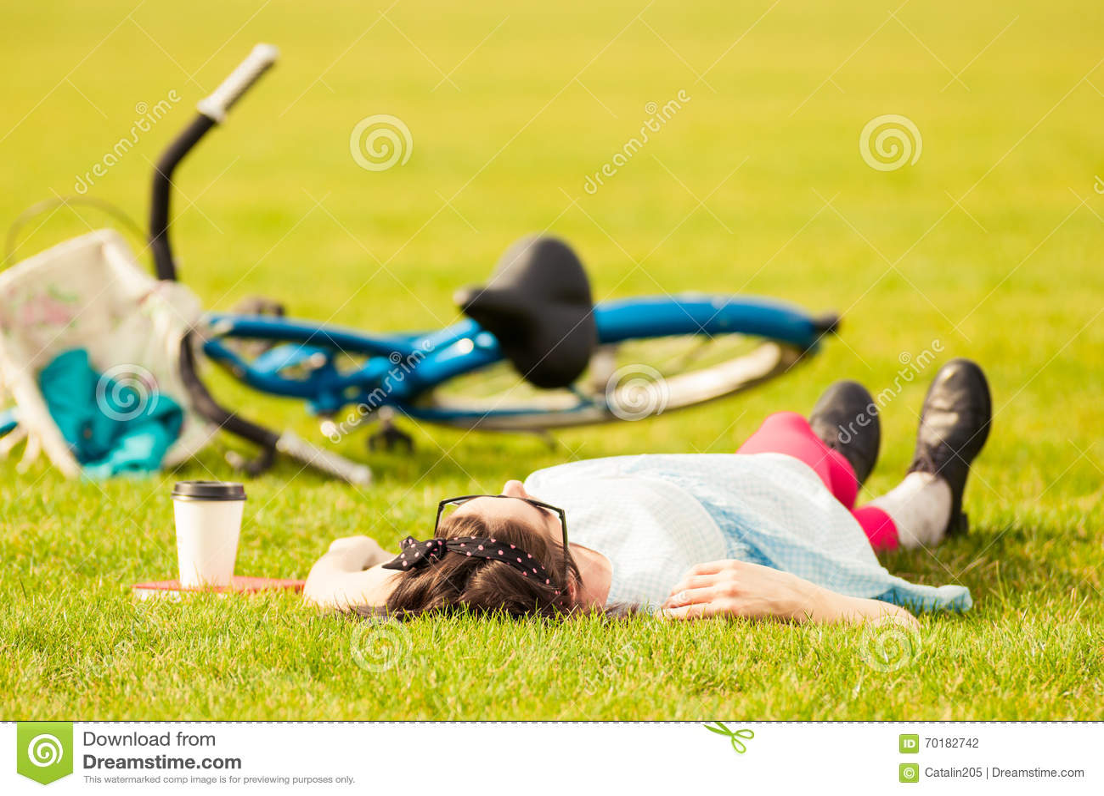 Fritid och avkopplingbegrepp med hipsterkvinnan som ligger på gräs