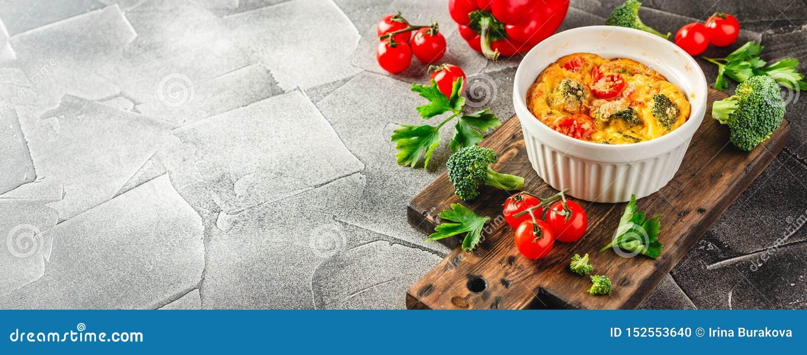 Frittata vegetal con bróculi, paprika rojo y la cebolla roja en sartén del arrabio  Visi?n desde arriba
