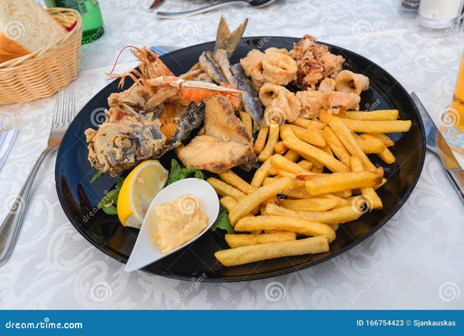 Frittierter Fischplatte Mit Pommes Frites Restaurant Mit Meeresfruchten Mediterrane Kuche Stockbild Bild Von Pommes Meeresfruchten 166754423