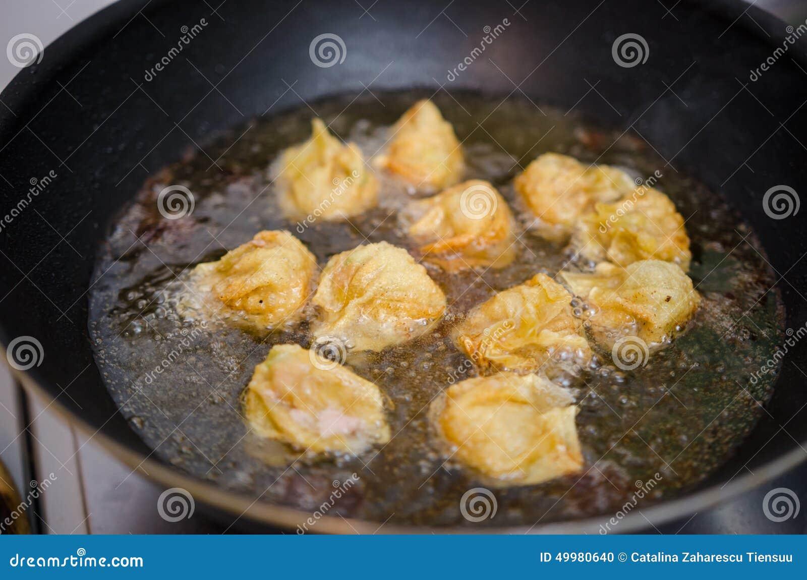 Frittura nel grasso bollente degli gnocchi del gamberetto e della carne di maiale