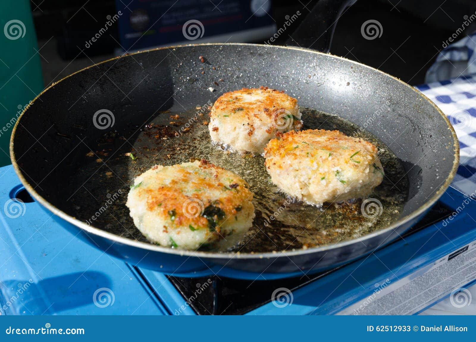 Friture la po le frite fra che de croquettes de poisson la lumi re du soleil photo stock - Poisson a la poele ...