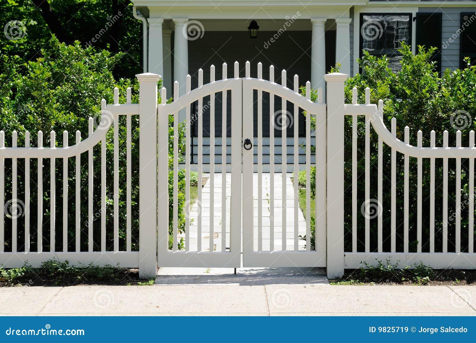 Främre port för staket royaltyfria bilder   bild: 9825719