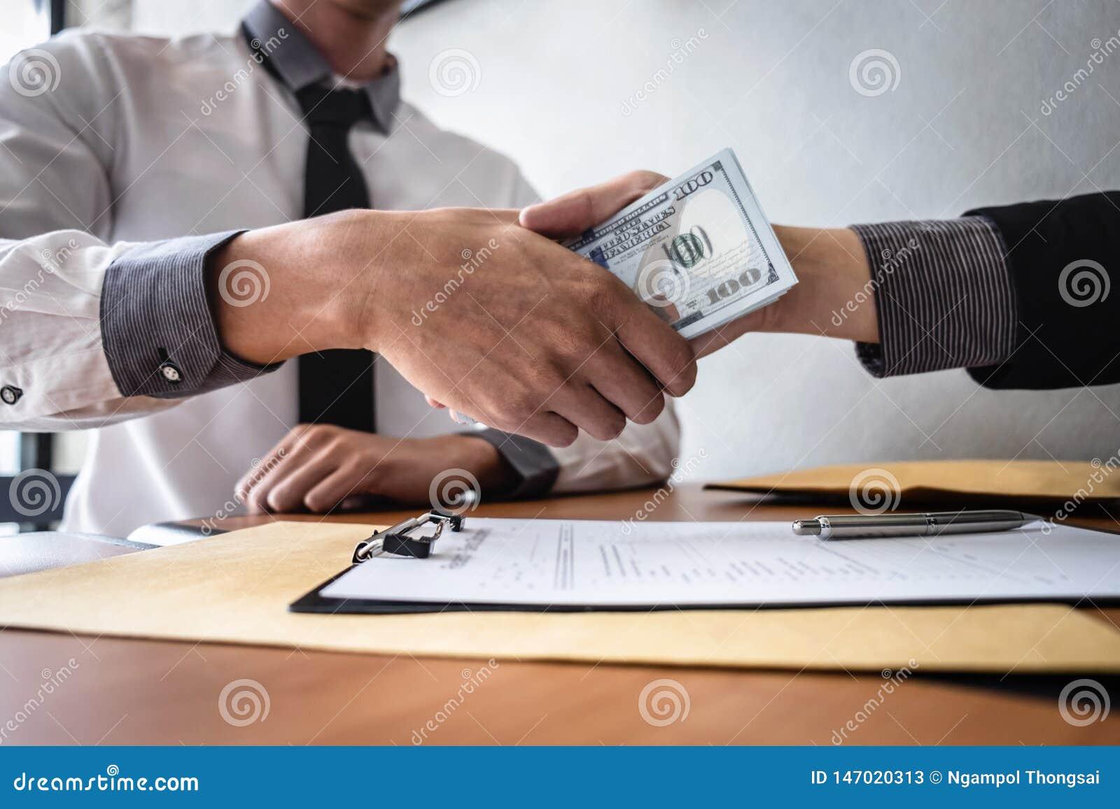 Frode disonesta in soldi illegali di affari, stretta di mano dell uomo d affari con soldi delle banconote del dollaro in mani da