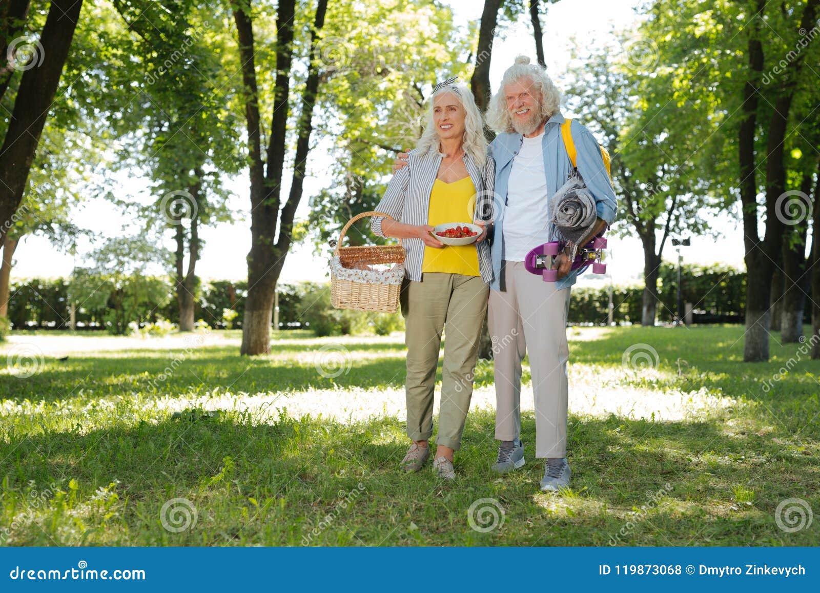 Frohe ältere Paare, die im Park sind