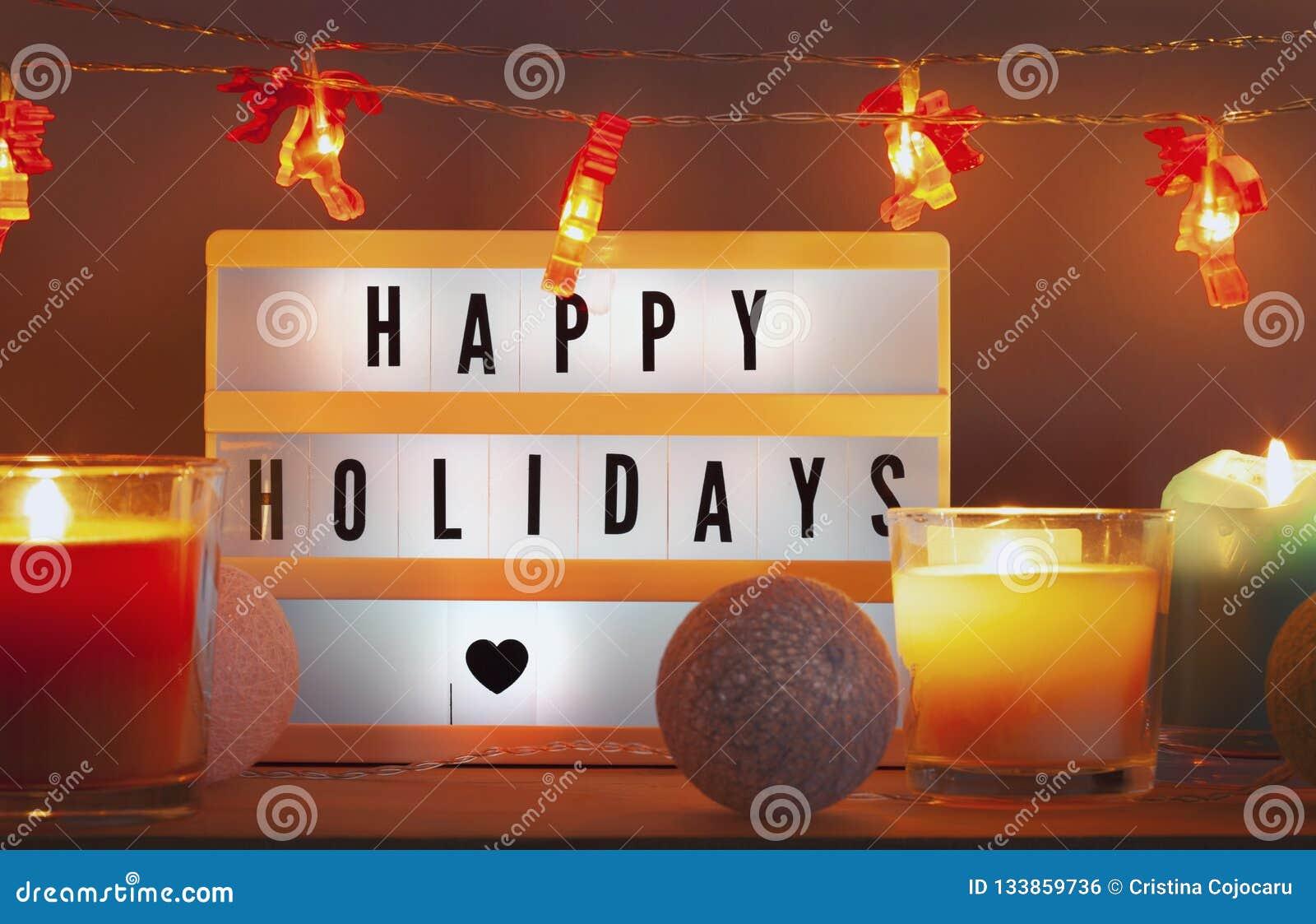 Frohe Feiertage lightbox und Weihnachtsdekorationen mit Kerzen